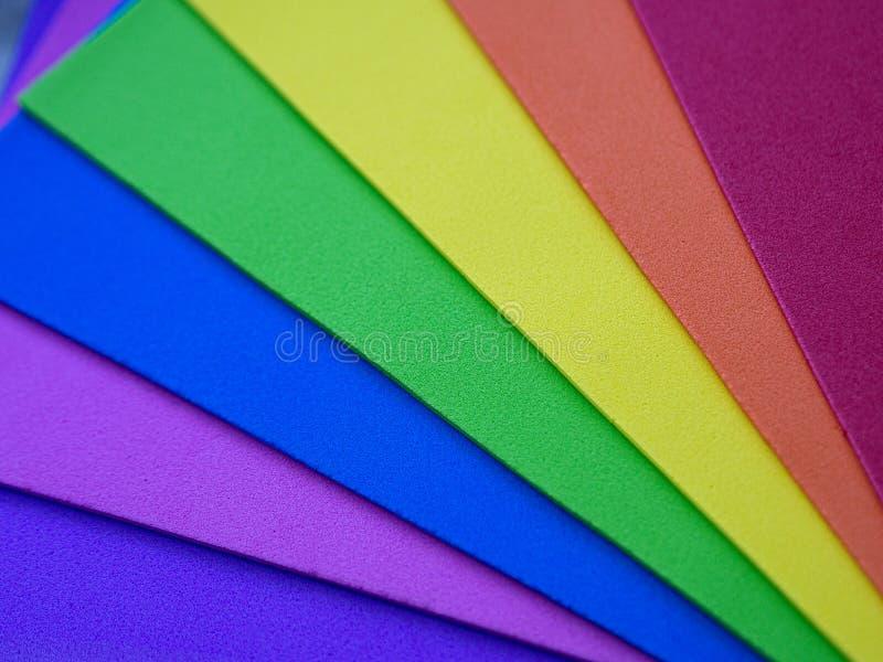 Sexminderheit Hintergrund von den mehrfarbigen Regenbogenblättern der Pappe lizenzfreie stockbilder