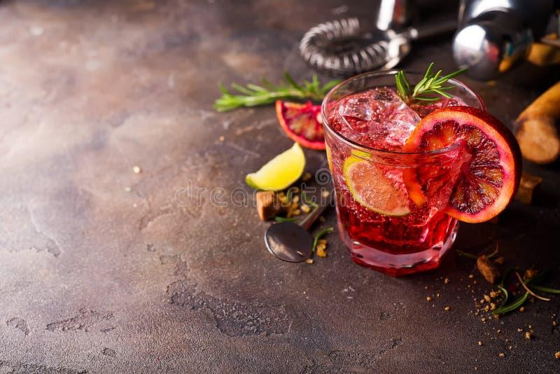 Sexo cosmopolita do cocktail na cidade grande fotos de stock
