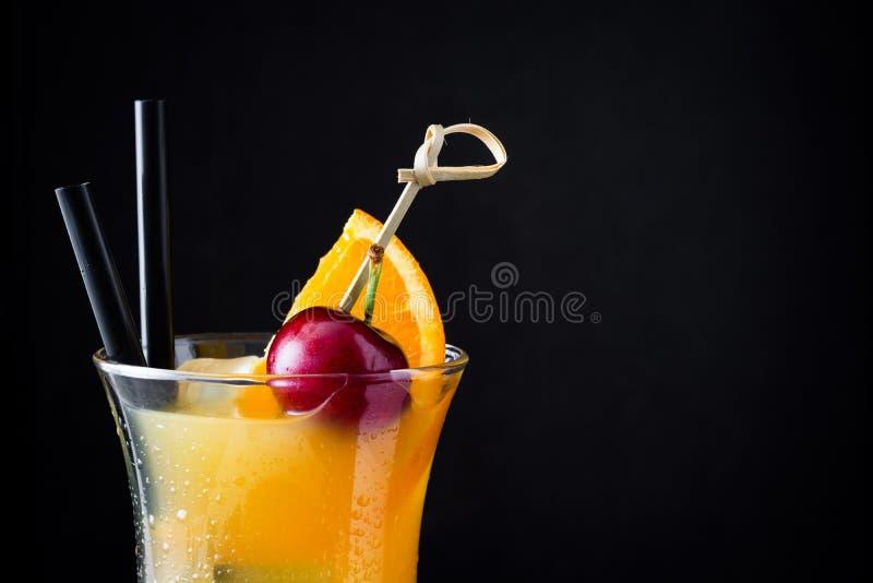 Sexo no cocktail da praia no fundo preto fotos de stock