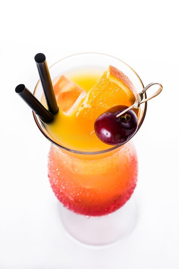 Sexo no cocktail da praia no vidro no fundo branco imagem de stock royalty free