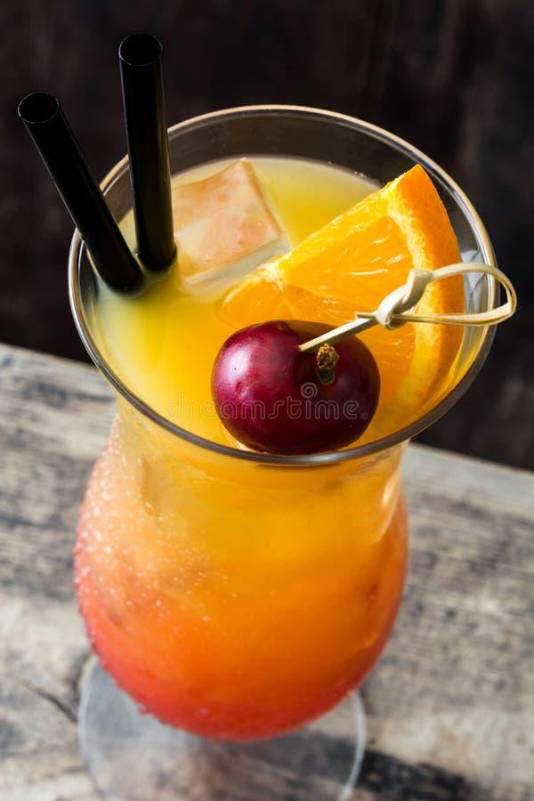 Sexo no cocktail da praia no vidro na madeira fotografia de stock royalty free