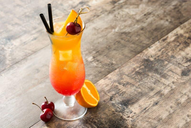 Sexo no cocktail da praia no vidro na tabela de madeira fotografia de stock royalty free