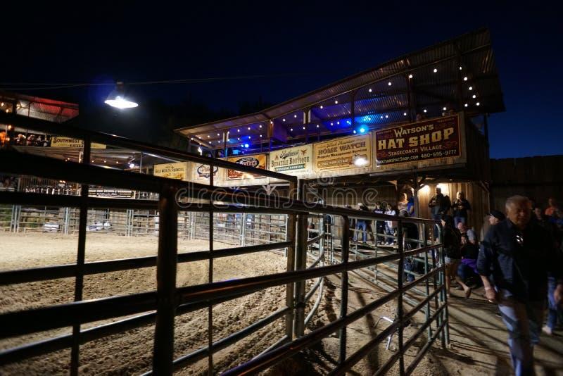 Sexta-feira à noite equitação de Bull do rodeio na angra da caverna, o ARIZONA foto de stock royalty free