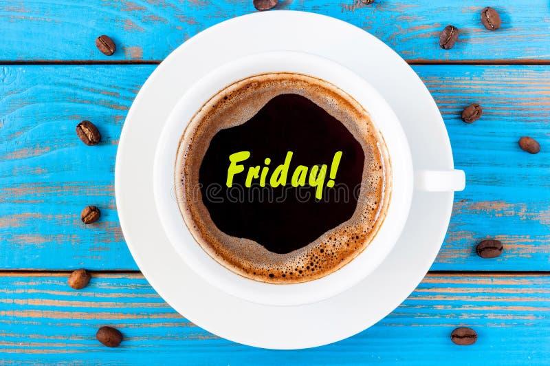 Sexta-feira - texto no copo de café visto superior da manhã Fim da semana Fundo de madeira azul fotos de stock
