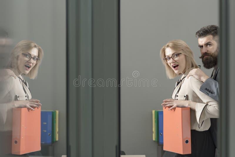 Sextrakasseri av kvinnan av mannen, kollegan eller framstickandet på arbete i regeringsställning arkivfoto