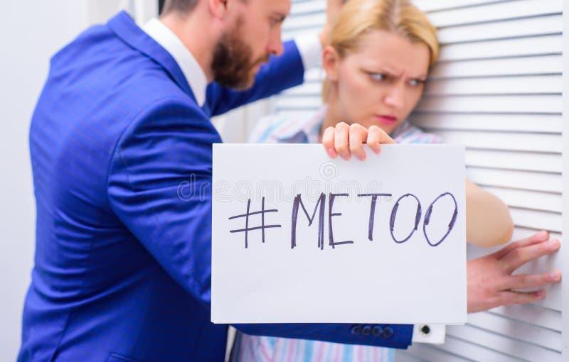 Sextrakasseri mellan kollegor och att flörta i regeringsställning Arbetsplatspennalismbegrepp Mig för social rörelse metoo royaltyfri foto