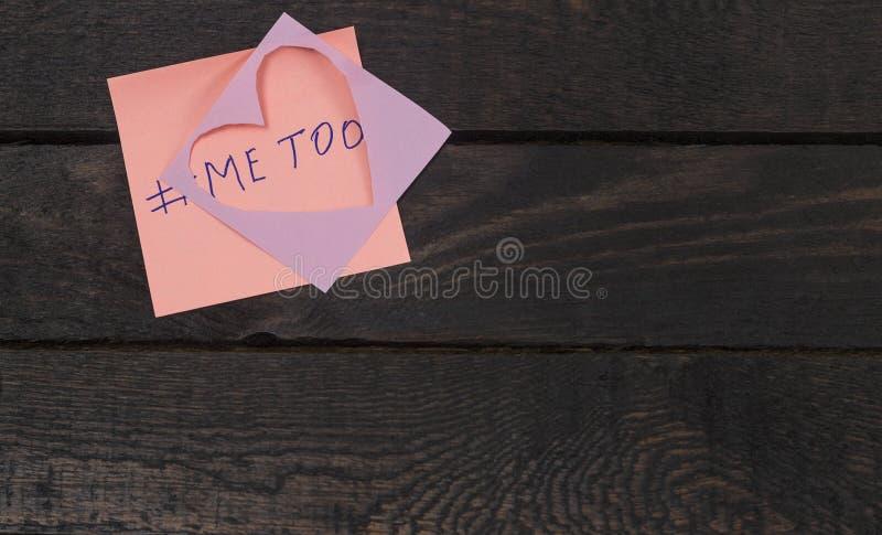 Sextrakasseribegrepp, missbruk, ofredande Skriftligt texten mig för på rosa klistermärke arkivfoto