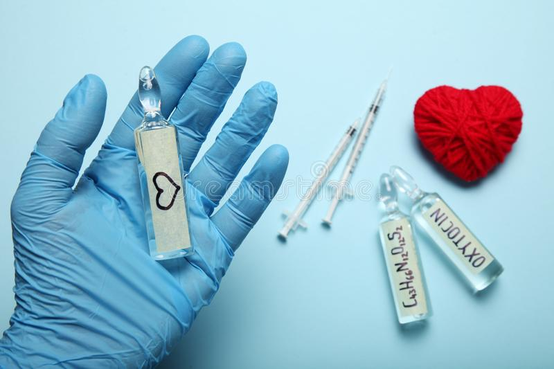 Sexualidad y amor, hormona de la oxitocina en cuerpo Concepto EMBARAZADO imagen de archivo