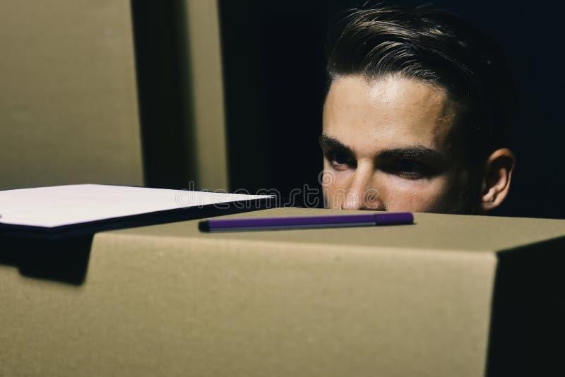 Sexualidad y concepto móvil Las miradas del repartidor se cierran en las cajas foto de archivo