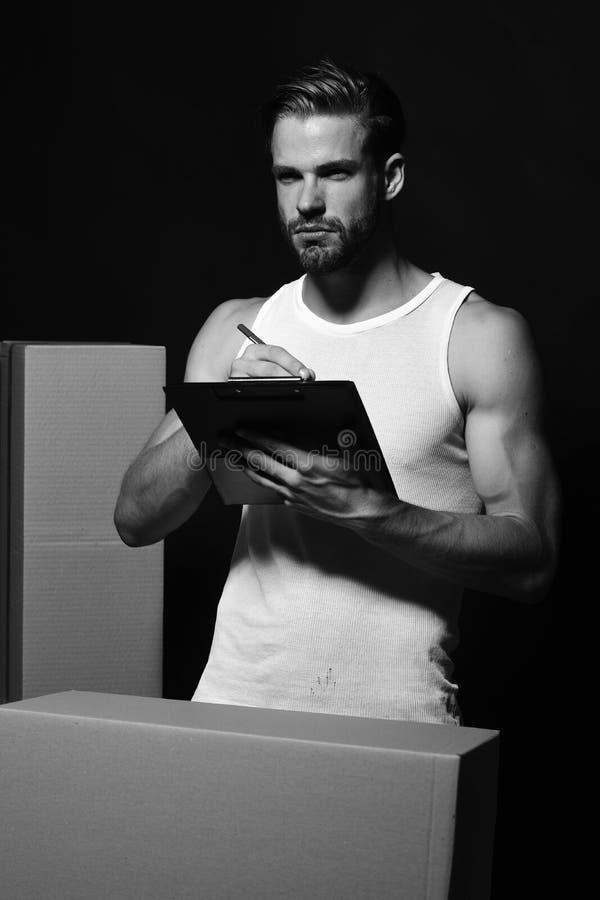 Sexualidad y concepto móvil Repartidor con las manos musculares imagen de archivo