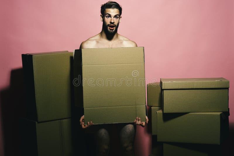 Sexualität und bewegliches Konzept Lader mit entsetztem Gesicht umfasst Nacktheit stockfotos