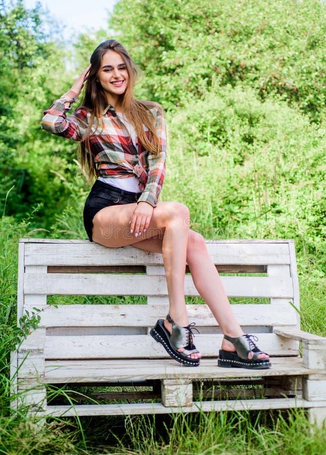 sexuality het meisje ontspant openlucht in park De lentetendensen Kapper en schoonheidssalon sensuele mannequin in park Tijd stock fotografie