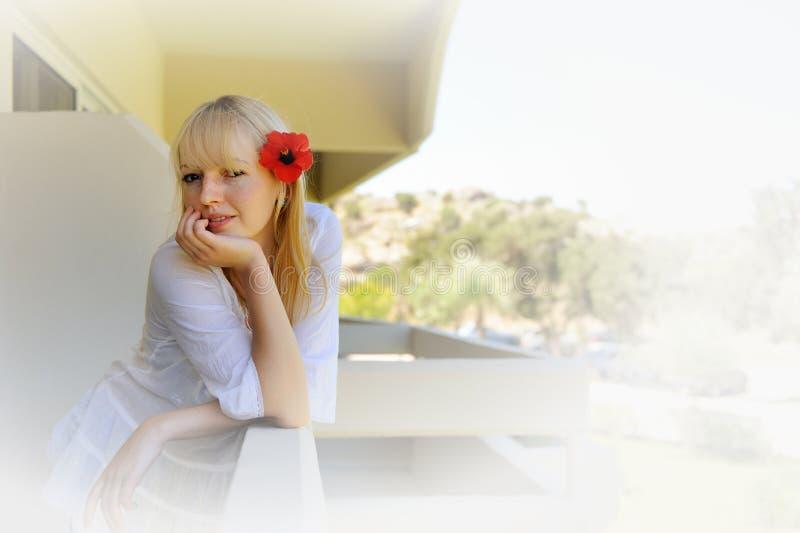 Sexuell flicka med blommor i hår arkivfoton