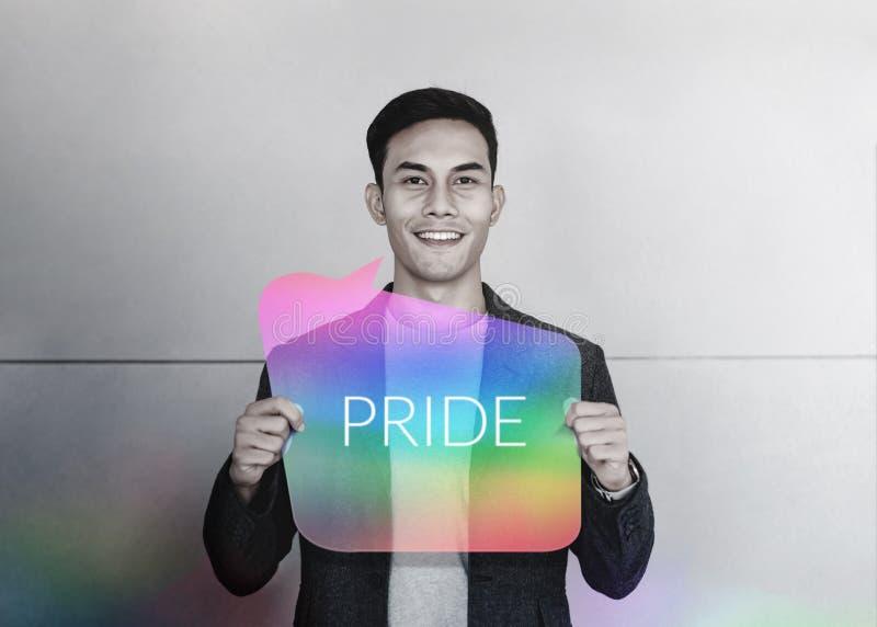 Sexuell minoritet och LGBT-begrepp Lyckligt ungt glat le och show Pride Text på regnbågekort uttrycksfrihet royaltyfria foton