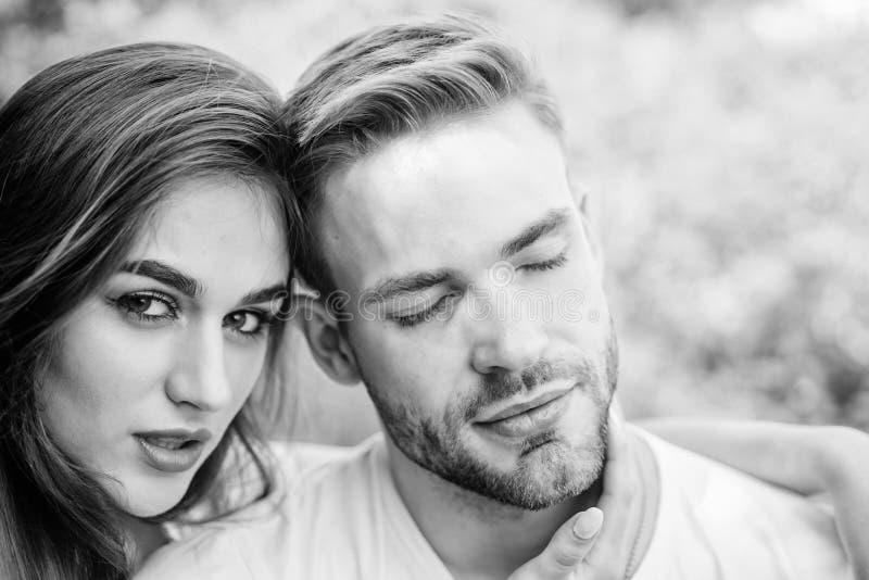 Sexuelle Anziehung Entspannen mit Liebling Liebeskuscheln Paare verliebt Vertrauen und Intimität Sensual-Umarmung Liebesromantik stockbilder