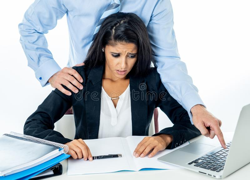Sexuelle Belästigung bei der Arbeit Angewiderter Angestellter, der durch ihren Chef belästigt wird lizenzfreie stockfotos