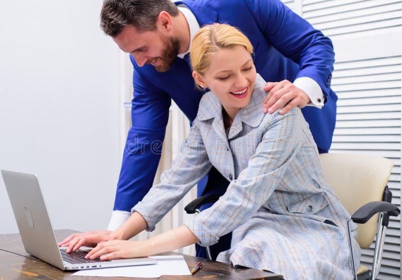 Sexuelle Belästigung bei der Arbeit Person, die Hand auf Schulter setzt Notenknie lizenzfreie stockfotografie