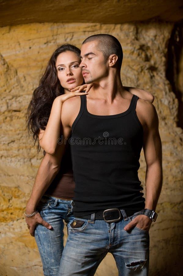 Sexuelle Paare in der Höhle stockfotos