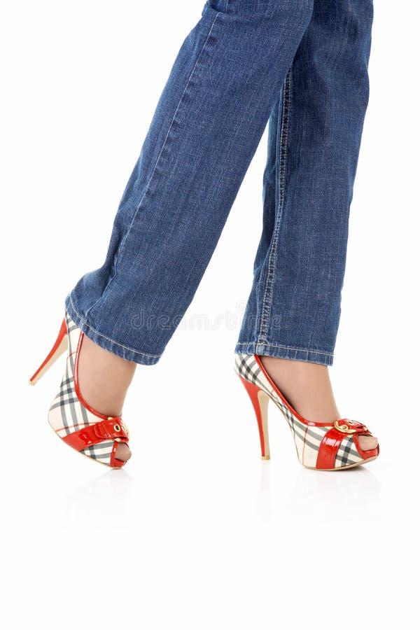 Sexuelle weibliche Fahrwerkbeine in den Jeans stockfotos