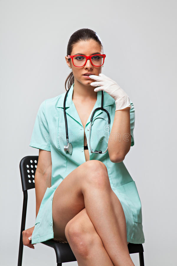 Sexy Ärztin Mit Einem Stethoskop Und Roten Gläsern