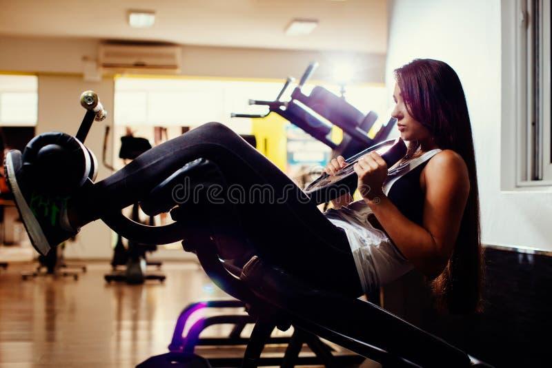 Sexy abs van de geschiktheidsvrouw werken in gymnastiek uit stock afbeelding
