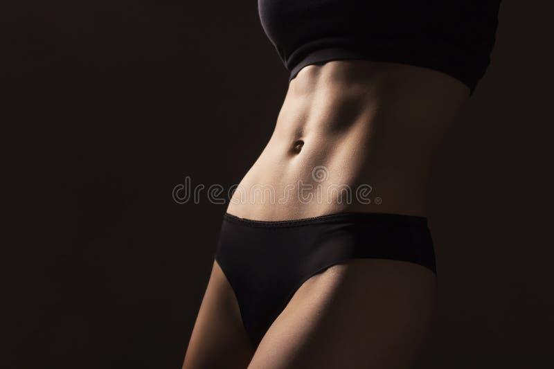 Sexy amincissez le corps convenable de femme Abdomen musculeux sportswear Ventre et images libres de droits
