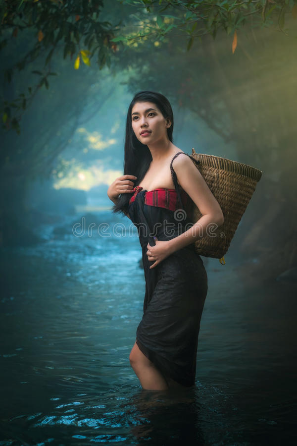 Sexy Asiatinnen, die im Nebenfluss stehen stockfotos