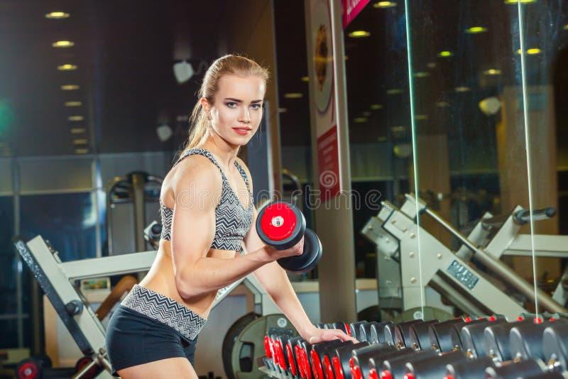 Sexy Athlet mit a im Turnhallenmageren auf Dummkopf lizenzfreie stockbilder