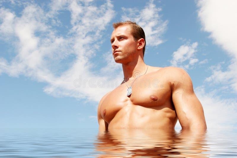 Sexy atletische mens in water royalty-vrije stock foto's