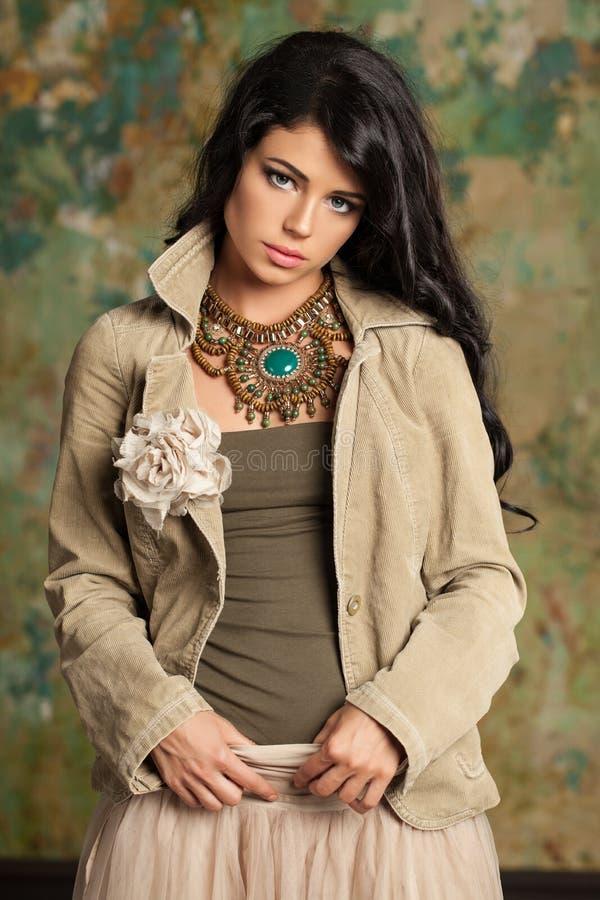 Sexy attraktive Brunettefrau, die in der modernen Kleidung aufwirft stockbilder