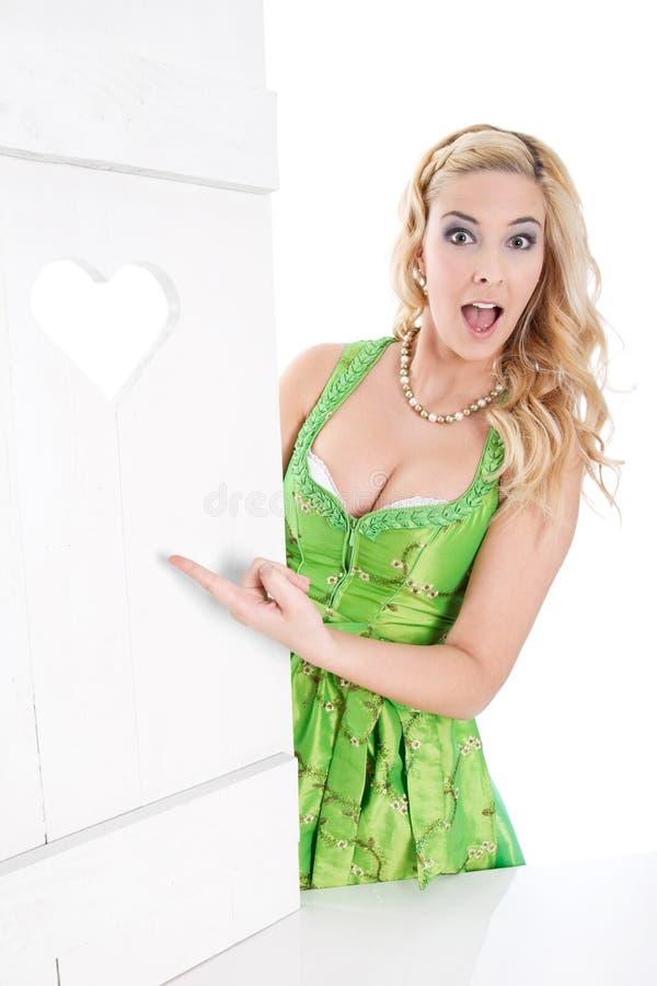 Sexy bayerische Frau macht Werbung lizenzfreie stockfotos