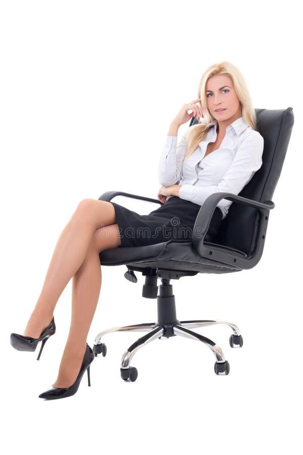 Sexy bedrijfsdievrouwenzitting als bureauvoorzitter op wit wordt geïsoleerd stock foto