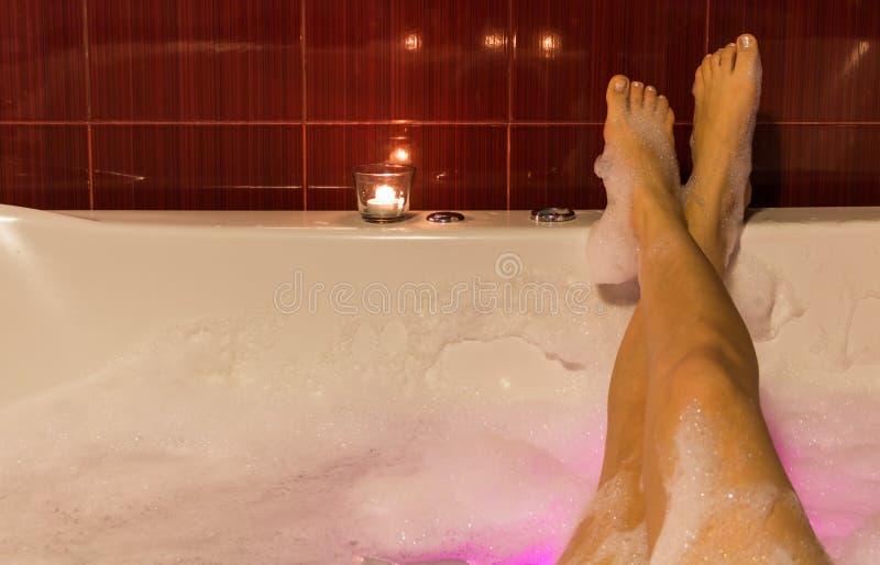Sexy beenvrouwen die en in Jacuzzi wassen ontspannen royalty-vrije stock afbeelding