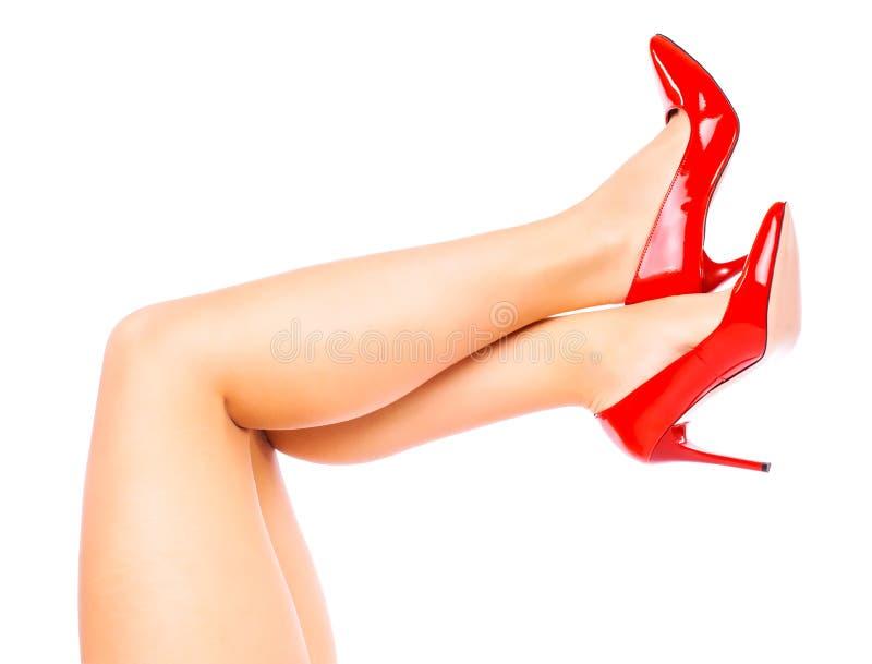 Sexy benen in Rode hoge hielen op witte achtergrond royalty-vrije stock afbeelding