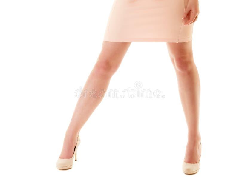 Sexy benen van meisje in roze kleding en hoge hielen stock fotografie