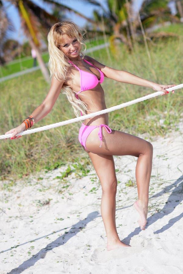 Sexy bikinimodel op het strand royalty-vrije stock fotografie