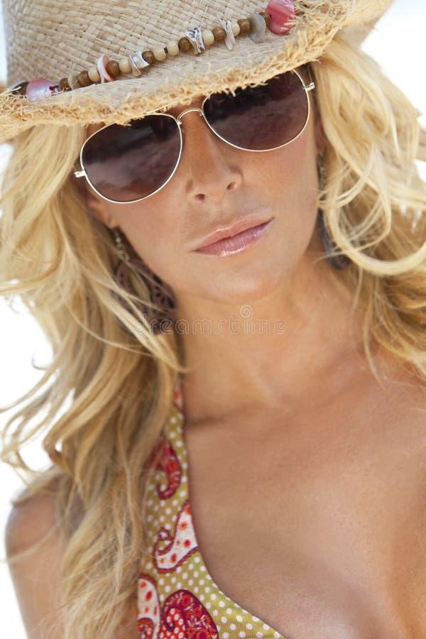 Sexy Blond Meisje in de Zonnebril van de Vliegenier & de Hoed van het Stro royalty-vrije stock fotografie