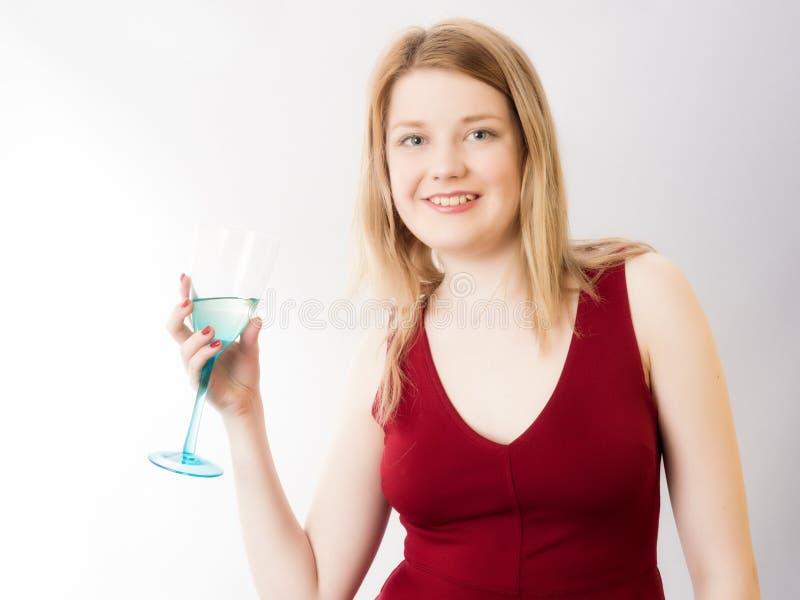 Sexy Blond in Rood Kleding en het Drinken Glas Wijn royalty-vrije stock afbeeldingen