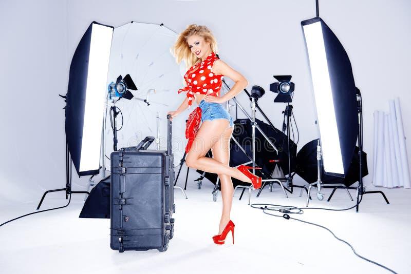 Sexy blond in skimpy borrels in een fotozitting stock afbeeldingen