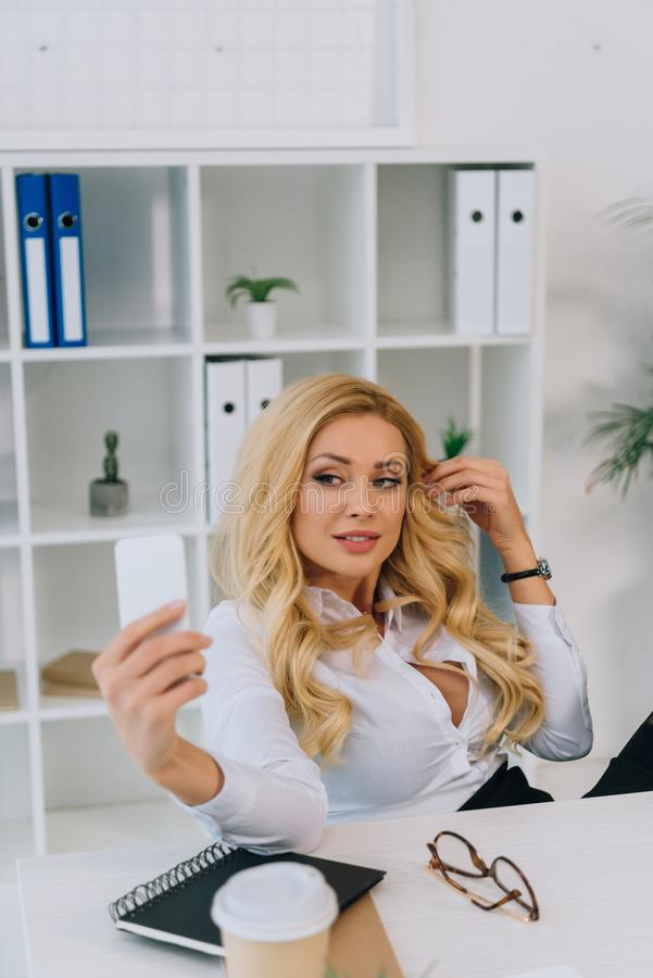 Free Sexy Blonde Businesswoman Taking Selfie At Working Place Royalty Free Stock Photos - 129235218