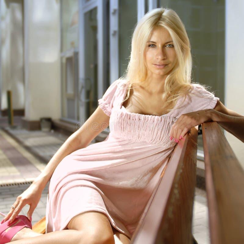 Sexy blonde dichtbij winkelcomplex stock foto's