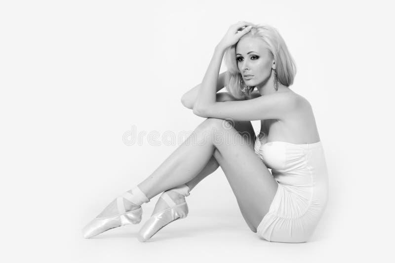 Sexy blonde in een korte kleding stock fotografie