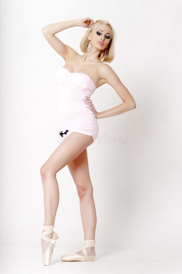 Sexy blonde in een korte kleding stock afbeeldingen