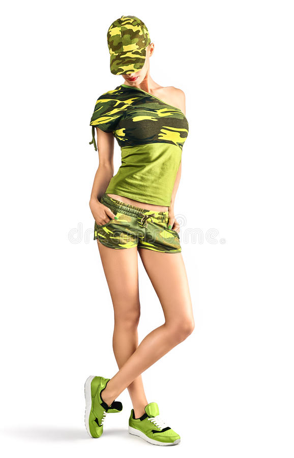 Sexy blonde Frau in der Tarnungsart, die Gewehr herstellt lizenzfreie stockfotografie