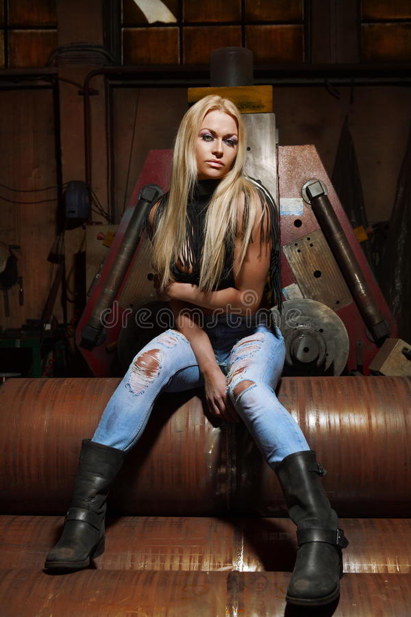 Sexy blonde in jeans stock afbeelding