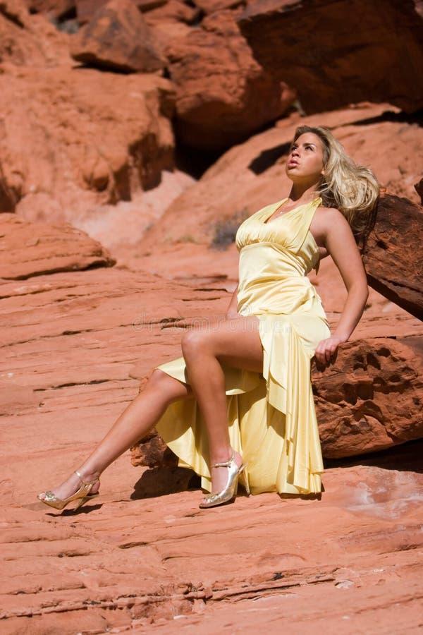 Sexy blonde meisje in modieuze kleding royalty-vrije stock afbeeldingen
