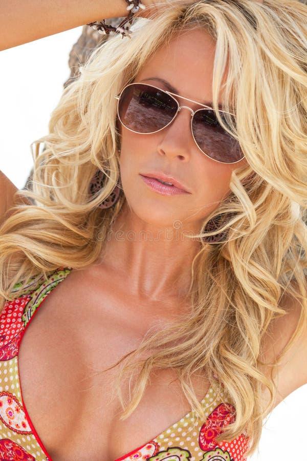 Sexy Blonde Meisjesvrouw in Vliegenier Sunglasses stock afbeelding
