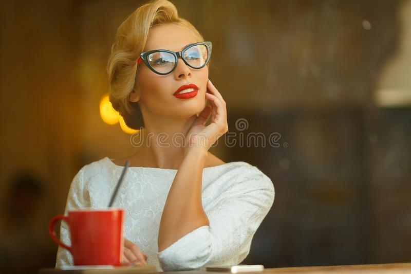 Sexy blonde in retro blik die in koffie rusten royalty-vrije stock foto