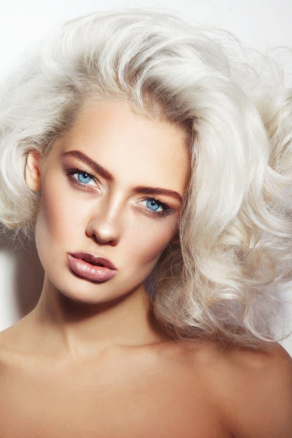 Sexy blonde Schönheit lizenzfreies stockfoto