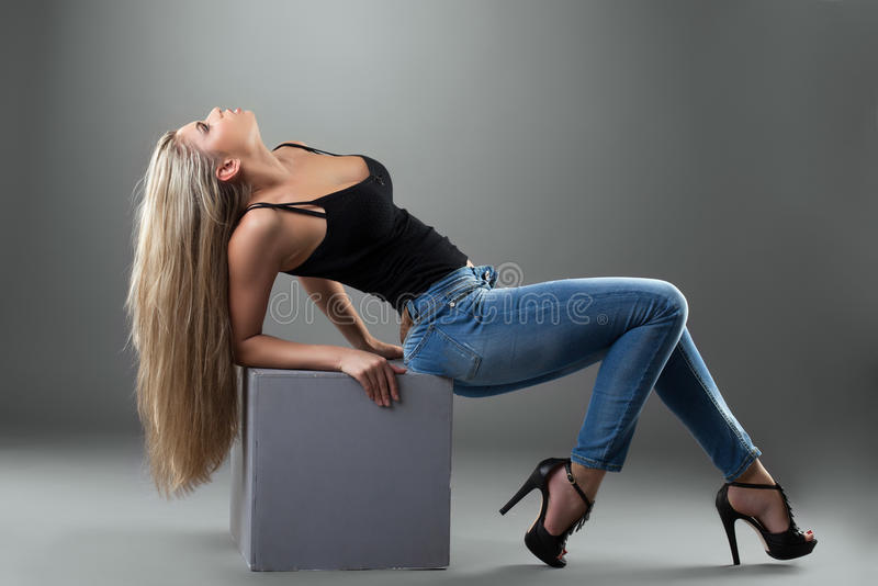 Sexy blonde vrouw in jeans royalty-vrije stock fotografie